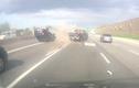Honda Civic tông mạnh xe tải, lật chổng vó trên đường cao tốc