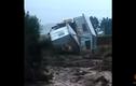 Rùng rợn cảnh lũ lớn quật đổ, cuốn trôi nhà hai tầng