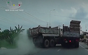 Video: Xe tải mất kiểm soát, gỗ suýt văng trúng người đi đường