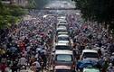 Ngược đời, xe máy chèn ô tô trên đường Sài Gòn