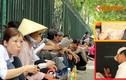Người dân vạ vật phơi nắng chờ khám bệnh ở Hà Nội