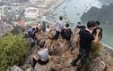 """Kinh khiếp du khách bất chấp nguy hiểm trèo lên """"nóc nhà Hạ Long"""" check-in"""