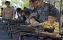 Xem trẻ em Thái Lan tập bắn súng điệu nghệ