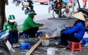 Hà Nội: Người lao động đốt lửa sưởi ấm trong trời giá rét