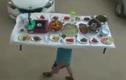 Một mình vận chuyển cả bàn thức ăn đầy kinh ngạc