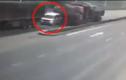 Kinh hoàng cảnh ô tô con bị xe container kẹp nát