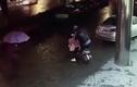 """Clip sốc: Người đi đường thờ ơ nhìn cô gái bị """"yêu râu xanh"""" hãm hại"""