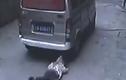 Thót tim clip em bé bị xe van cán qua người