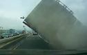 Thoát chết trong gang tấc khi xe tải khổng lồ đổ sập trên cao tốc