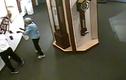 Du khách táy máy làm rơi vỡ đồng hồ cổ quý giá trong bảo tàng