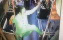 Quý bà trung niên ngang nhiên múa cột trên xe buýt