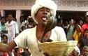 Cụ ông để hổ mang chúa cắn lưỡi gây sốc tại Ấn Độ