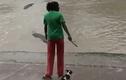 Người phụ nữ bình thản rút dép tông dọa cá sấu