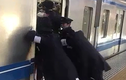 Cảnh tượng hãi hùng khi đi tàu điện ở Tokyo