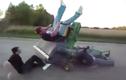 Cười ngặt nghẽo với những màn nghịch dại với máy cắt cỏ