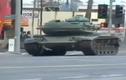 Cảnh sát rượt đuổi tên trộm xe tăng như phim hành động