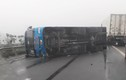 Xe khách lật trên cao tốc chắn ngang đường, 6 người thoát nạn
