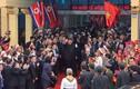 Ảnh: Ông Kim Jong-un vẫy tay chào người dân tại ga Đồng Đăng trước khi về nước