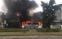 Xe chở công nhân bất ngờ bốc cháy dữ dội, tài xế thoát nạn