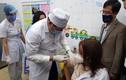 Cận cảnh nữ nhân viên y tế đầu tiên ở Hải Dương được tiêm vắc-xin COVID-19