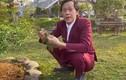 """Hoài Linh mặc vest đỏ """"lồng lộn"""" để đi... nhổ cỏ, làm vườn"""