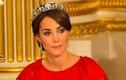 Zoom sát vương miện hoa sen kim cương của công nương Kate