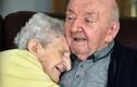 Xúc động nhìn mẹ già 98 tuổi chăm sóc con trai 80