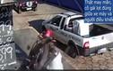 Video: Cô gái thoát chết khó tin khi đứng cạnh tai nạn khủng khiếp