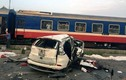 Video: Liều mạng vượt đường sắt, xe tải bị tàu hỏa tông lật