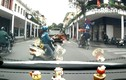 """Video: Vượt không quan sát, người phụ nữ suýt """"hôn"""" ô tô"""
