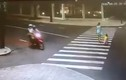 Clip kết cục đau đớn cho lái xe máy mải ngắm gái trên đường