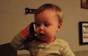 Cười lăn với em bé gọi điện cho bố như người lớn