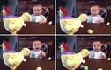 Em bé vui sướng khi thấy gà đẻ trứng sắc màu