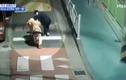 Clip: Xe cứu thương bị ô tô con đâm lật như phim hành động