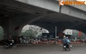 """Chân cầu đường cao tốc trên cao đang bị """"xẻ thịt"""""""
