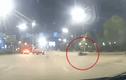 """Video: Nam thanh niên """"bay"""" xa hàng chục mét sau cú tông đầu xe tải"""
