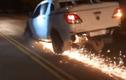 Video: Chạy trốn CSGT, xe bán tải gãy bánh phóng tóe lửa trên đường