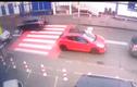 Video: Bé gái bị xe húc bay người vẫn đứng dậy đi như thường