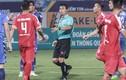 Video: Trọng tài 'bẻ còi', cầu thủ Bình Dương phản ứng dữ dội tại sân Hàng Đẫy