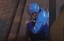 Video: Shipper bật khóc, ngồi lề đường ăn bánh sinh nhật người lạ tặng