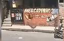 Video: Tên trộm bị ném văng ra ngoài trong lúc hành nghề