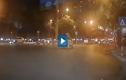 Video : Ôtô lao lên dải phân cách đâm đổ cột biển báo
