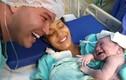 """Nghe bố gọi, bé sơ sinh cười thích thú khiến mọi người """"tan chảy"""""""