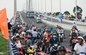 Dòng người ùn ùn lên cây cầu mới ở Đồng Tháp đi thử và chụp ảnh
