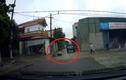 Video: Lao thẳng vào hông ôtô, tài xế xe máy gục ngay tại chỗ