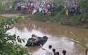 Thi thể 3 người trong xe sang Mercedes dưới kênh