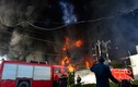 Hơn 100 lính cứu hỏa đang chữa cháy công ty nhựa ở Sài Gòn