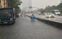 """Máy bơm """"khủng"""" hoạt động tốt, đường Nguyễn Hữu Cảnh vẫn ngập nặng"""