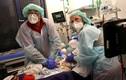 Cảm động hình ảnh bác sĩ giành giật sự sống cho bệnh nhân COVID-19