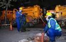 Công nhân môi trường hút bùn 'xuyên đêm' trong giá rét